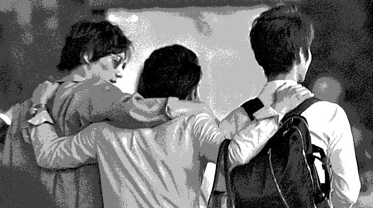 肩組む3人
